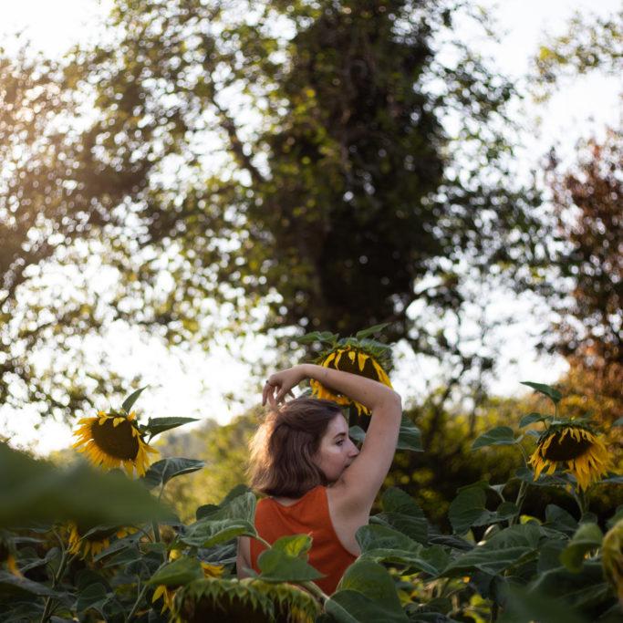 photo portrait femme fleurs de dos
