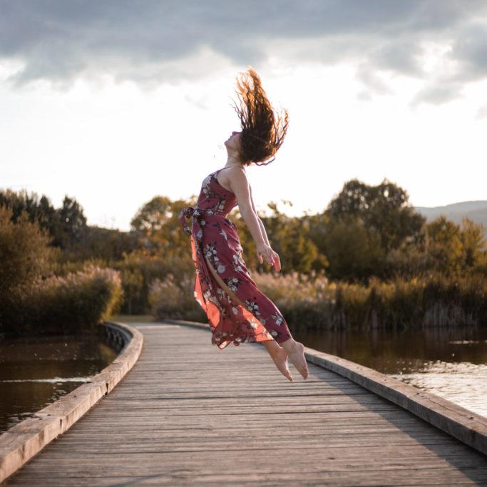 photo portrait femme dance sautant